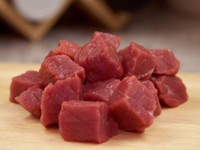 Сырая говядина, порезанная на кусочки